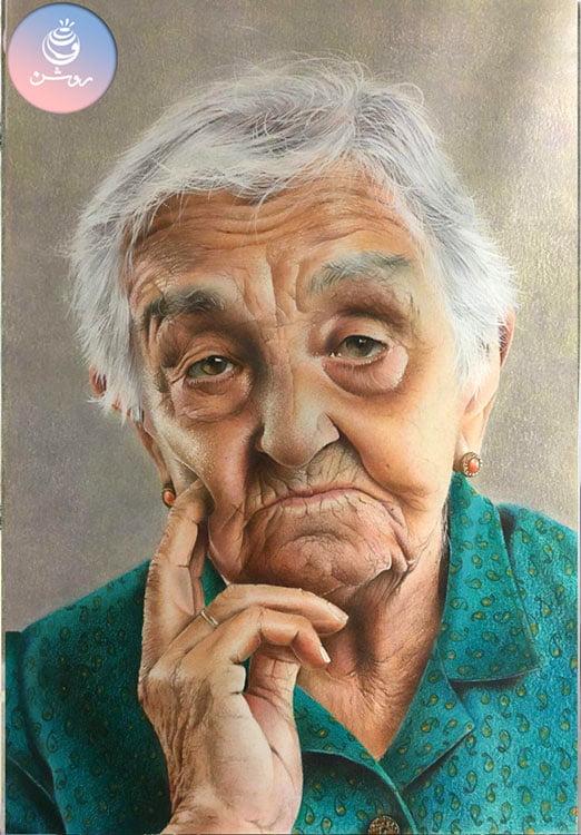 نقاشی چهره پیرزن با مداد رنگی